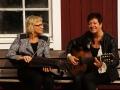 Ingmarie och Ann-Catrine på bänken mot varandra